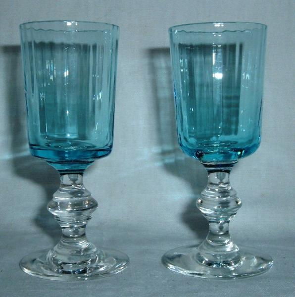 verre liqueur ancien bleu sur pied blanc lot de 2 721 brocante en ligne. Black Bedroom Furniture Sets. Home Design Ideas